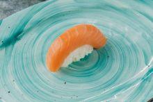 Суши с лососем хк