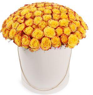 Огненный поцелуй в шляпной коробке 101 роза
