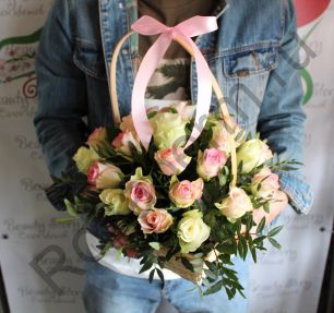 Корзинка с 25 кенийскими розами 40 см