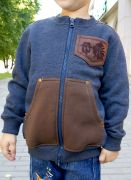 Детская кофта сшита из ткани цвета джинс-меланж, украшена металлической фурнитурой бронзового цвета.