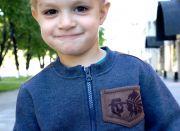 На груди маленький кармашек с рисунком «ковбоя и индейца».