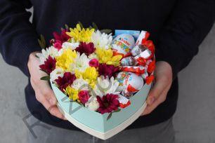 Коробочка с хризантемой и сладостями