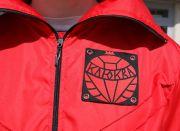 На передке находится шеврон с изображением красной ягодки — клюквы.