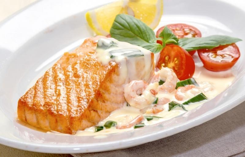 Запеченный лосось с соусом из креветок