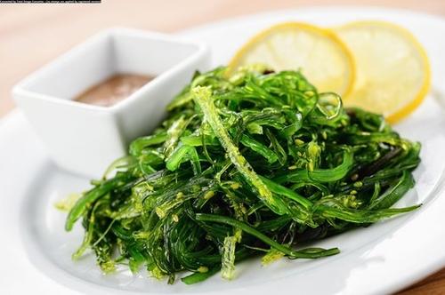 Салат из водорослей «Чука» с ореховым соусом