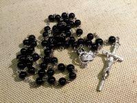"""Розарий из чёрных пластиковых бусин на металлической основе """"Папский крест Иоанна Павла II"""""""