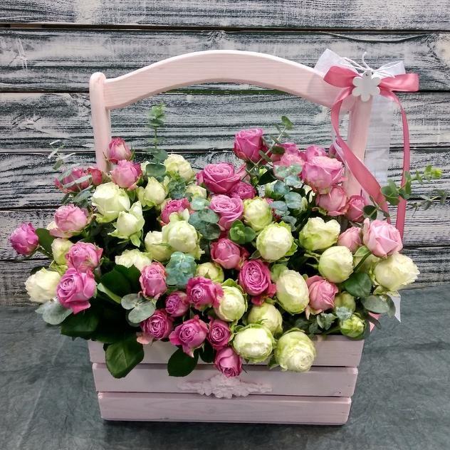 Пионовидные кустовые розы в деревянном ящике