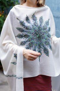 Белый шерстяной палантин с уникальной двухсторонней ручной вышивкой (под заказ)