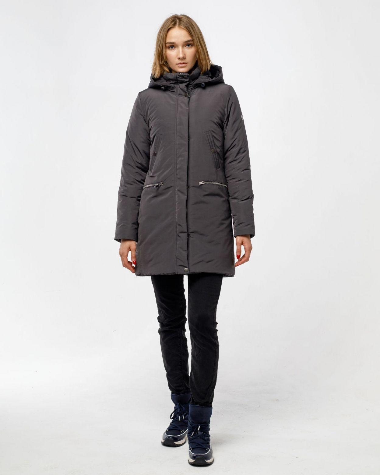 Куртка-парка женская, приталенного силуэта, средней длины. Парка выполнена из плотной ткани с водооталкивающими свойствами. Центральная застежка на молнии, закрытая ветрозащитной планкой на кнопках. С левой стороны застежки внутренняя стеганная защитная п