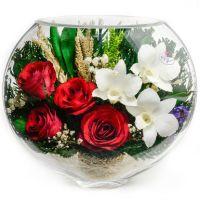 Розы и орхидеи в вазе