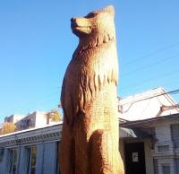 Скульптура из дуба покрыта тунговым маслом и воском.