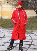 Дизайнерское красное пальто с капюшоном.