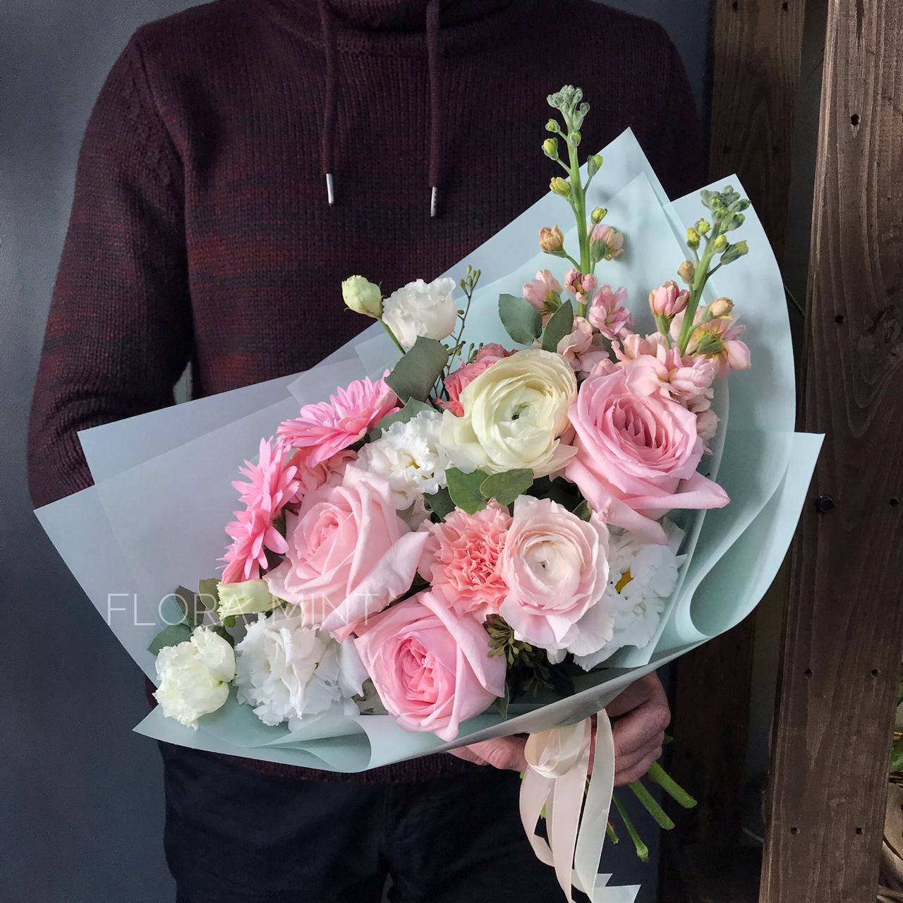 Букет цветов с ранункулюсом