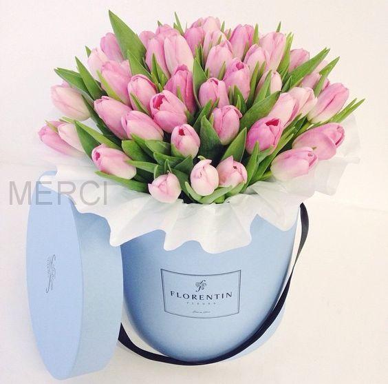 35 тюльпанов в голубой шляпной коробке