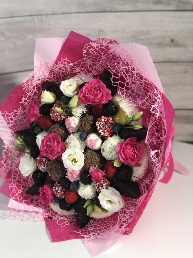 Букет из клубники с цветами 1
