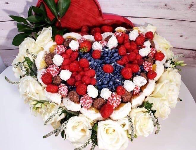 Сердце из ягод в шоколаде с розами