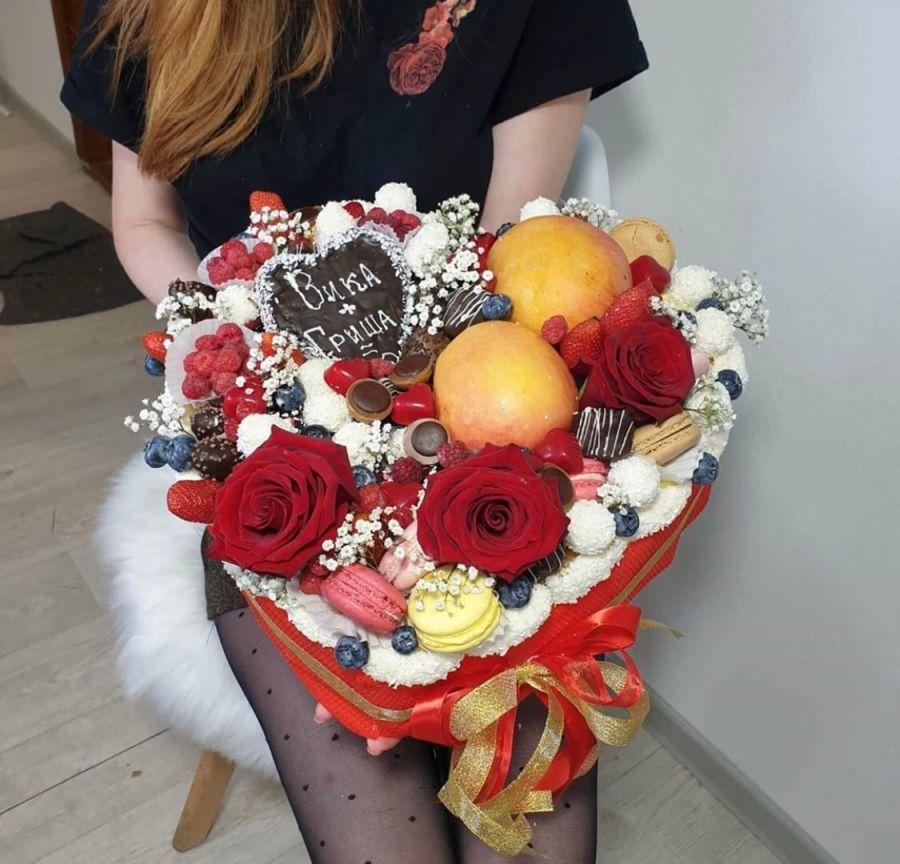 Сердце из фруктов и конфет в шоколаде 2