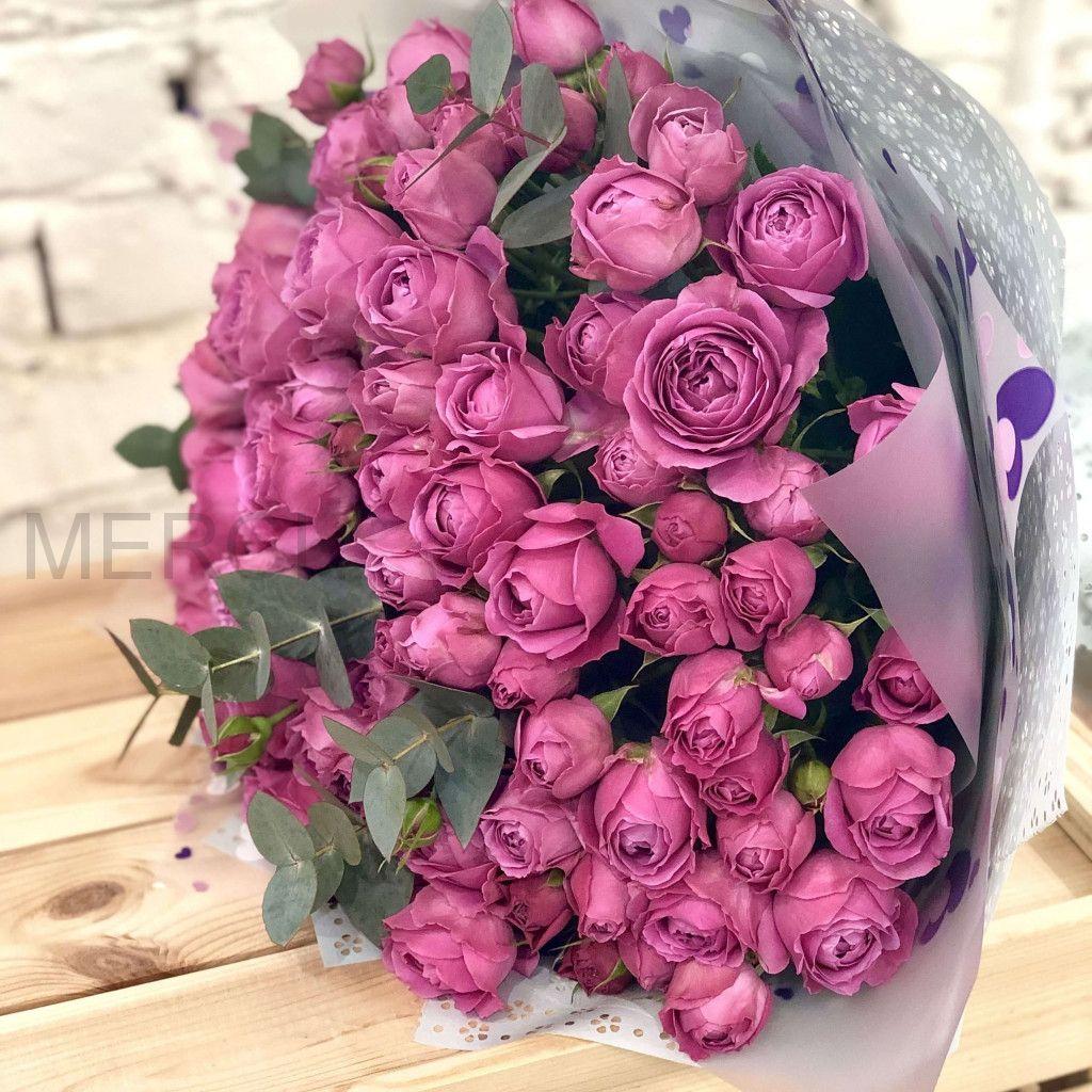 Букет из пионовидных кустовых роз с эвкалиптом