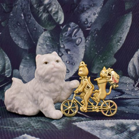 "Брошь ""Кот и кошечка на велосипеде"" (AJC США)"