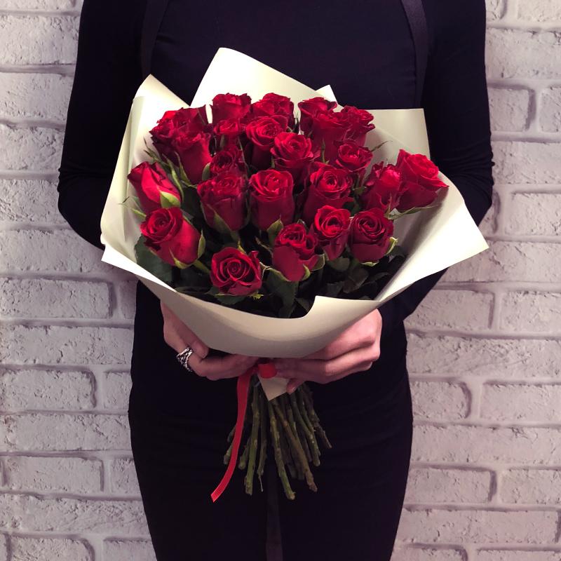 25 красно-алых роз