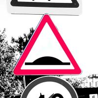 """Дорожный знак 1.17 """"Искусственная неровность""""."""
