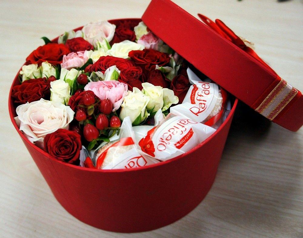Подарочная коробка с цветами и конфетами «Dolce Vita»