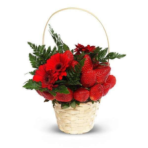 Букет из красных гербер и сочной клубники в корзинке «Огонь любви»