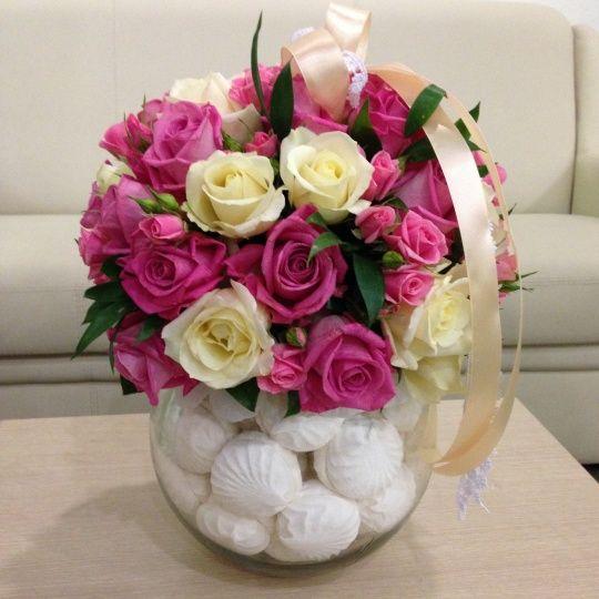 Букет из белых и розовых роз на вазе с зефиром «Принцесса на горошине»