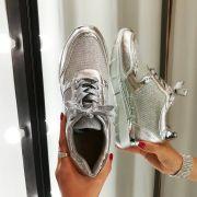Серебристые блестящие кроссовки