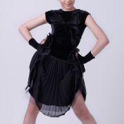 черный топ, черная юбка, перчатки