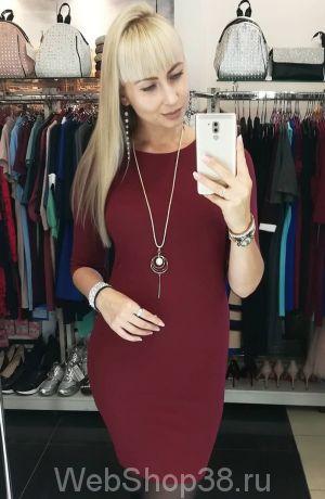 Бордовое короткое облегающее платье с украшением в комплекте