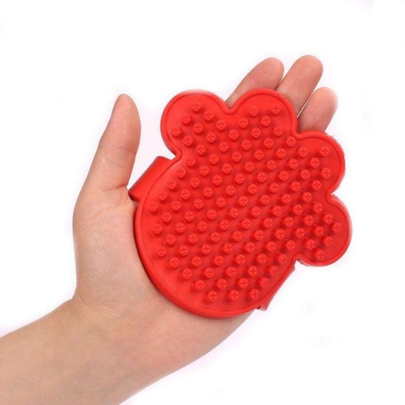 Резиновая массажная щётка для животных Лапа, 11х11 см, цвет красный