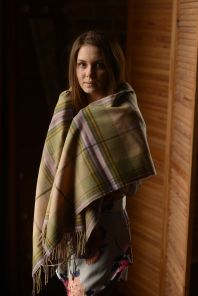 Теплая шаль,  100 % стопроцентная шотландская овечья шерсть, расцветка (тартан) Маклин замка Дуарт Сиреневый вариант, плотность 6