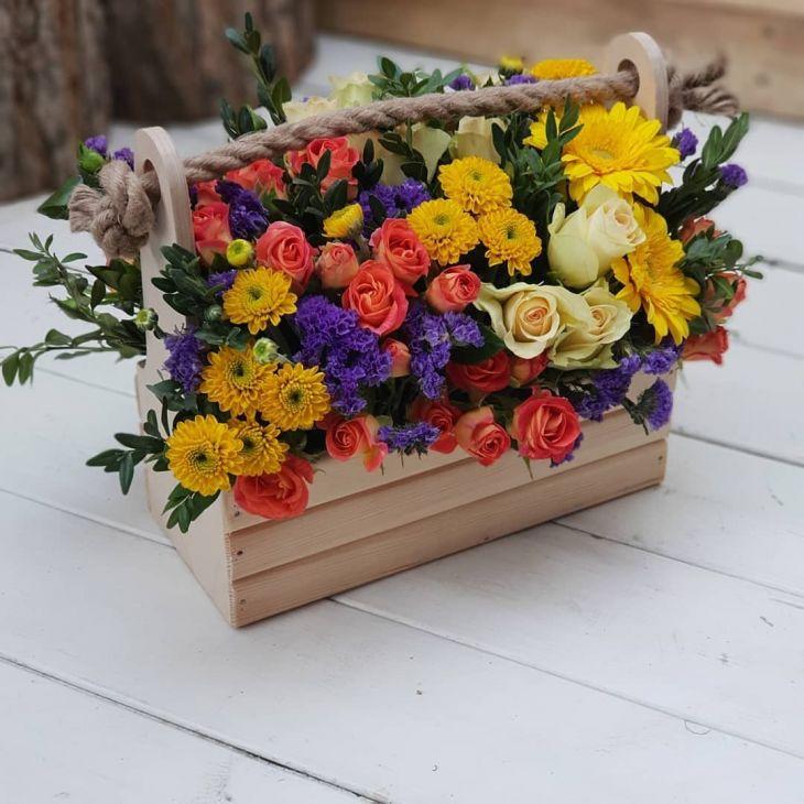 Деревянный ящик из цветов