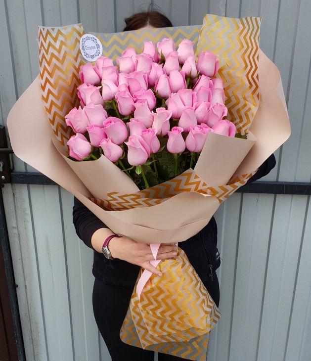 51 роза Розовая в дизайнерской упаковке