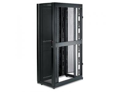 Шкаф NetShelter SX 42U, ширина 600 мм, глубина 1070 мм, черные боковые панели
