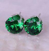Стальные серьги-гвоздики с зеленым камнем
