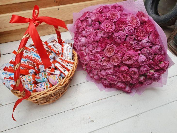 Подарочный набор цветов и сладостей