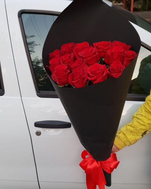 15 импортных роз в итальянской черной бумаге