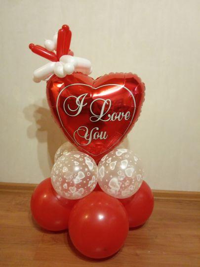Сердце с цветочком на подставке фигура из шаров