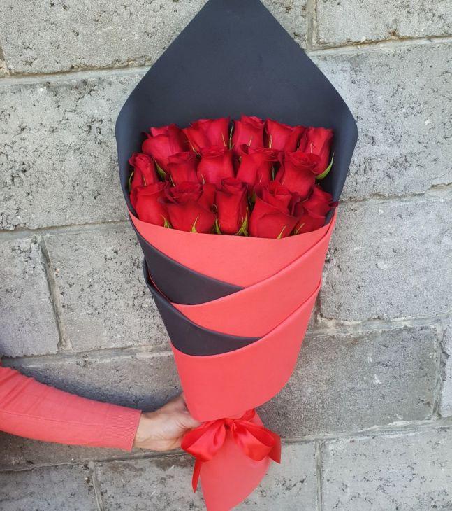 15 роз в дизайнерской упаковке