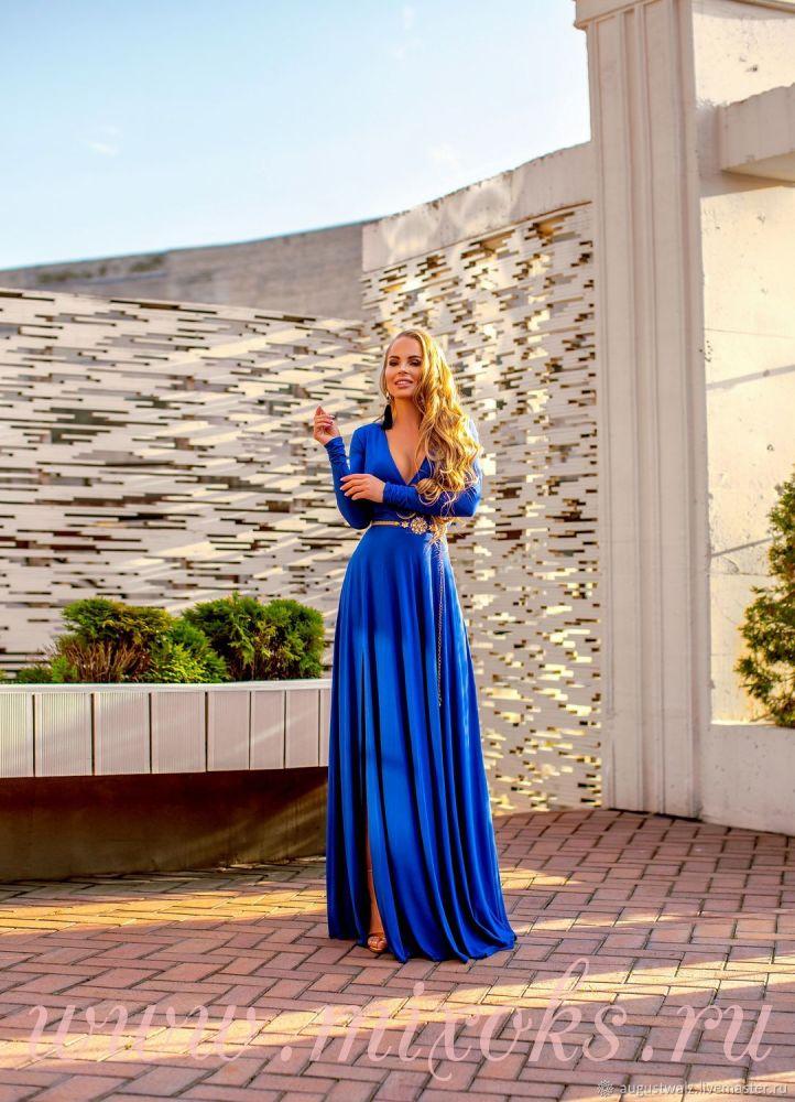 Синее платье с декольте