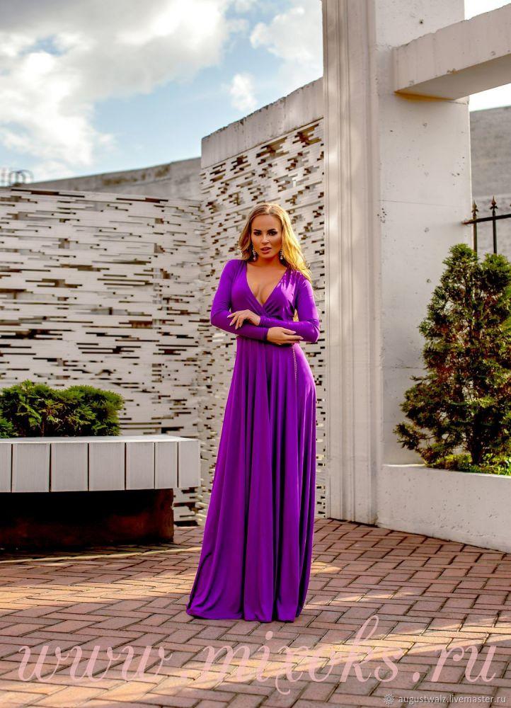 Фиолетовое платье с декольте