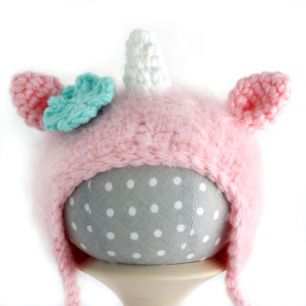 Вязаная шапочка для куклы Единорог розовый