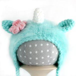 Вязаная шапочка для куклы Единорог мятный