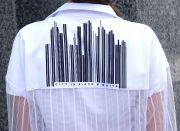 На кокетке спинки изображен город в виде штрих-кода.