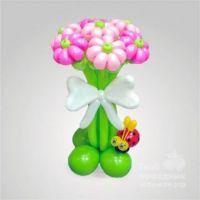 Букет из 7 цветков с симпатичной божьей коровкой и белым бантом.
