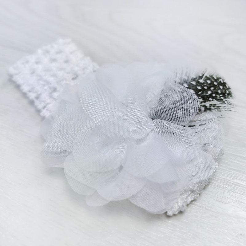 п1074-03 Повязка-резинка узкая с шифоновым цветком Перышко белая