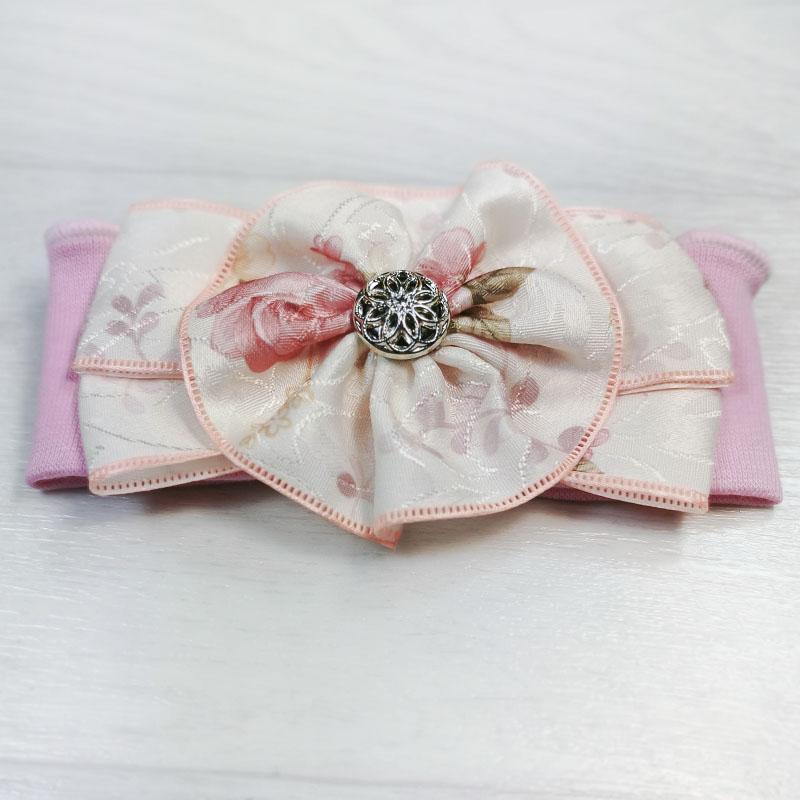 п1081-47 Повязка трикотажная с атласным текстурным бантом Цветочки розовая