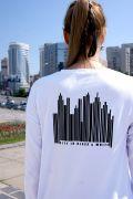 на спине дизайнерский рисунок - современный мегаполис, выполненный в техники штрих-кода.